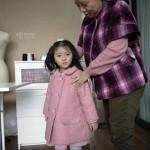Phục tài người mẹ tự may hàng trăm bộ quần áo sành điệu cho con gái